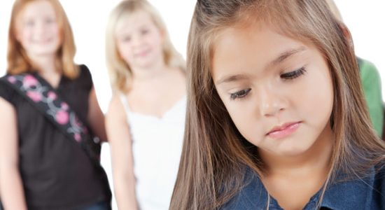 ما هي أسباب الخجل عند الأطفال؟ وما طرق العلاج؟