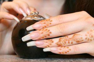 وصفات طبيعية لتقوية الأظافر وحمايتها من التكسير