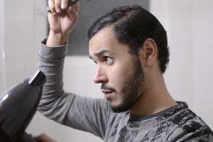 طرق ووصفات طبيعية لتنعيم شعر الرجال في وقت قصير