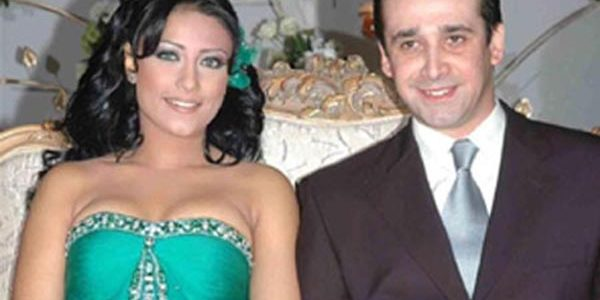 شاهد لاول مره صورة زوجة الفنان كريم عبد العزيز التى اذهلت واثارت الجمهور بجمالها الفائق وشبهها الكبير منة
