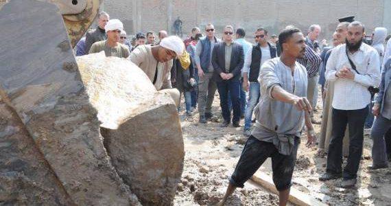زاهي حواس يكشف سبب كسر رأس تمثال الملك رمسيس أثناء استخراجه من منطقة المطرية