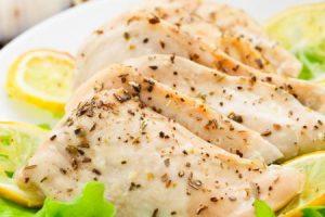 طريقة سهلة وبسيطة لطهي صدور الدجاج بالليمون والثوم