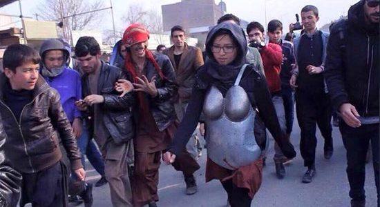 الاسرار وراء خروج الفتاة الى الشارع مرتدية هذه الدروع الحديدية حول جسدها ؟؟