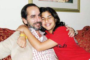 شاهد صور الفنان هشام سليم وزوجته وبناتة بعد اختفاء طويل عن وسائل الاعلام وكيف تغير شكلة