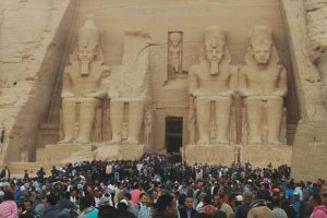 الطقس السئ يمنع حدوث تعامد أشعة الشمس علي وجه تمثال رمسيس والسياح غاضبون