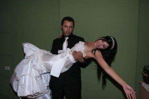 شاهد لاول مره صورة زوجة الفنان احمد فهمى وحفل زفافة التى اذهلت واثارت الجمهور بجمالها الفائق وشبهها الكبير منة