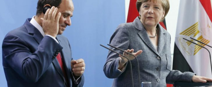 بالفيديو شاهد رئيسة وزراء المانيا تضرب السيسى على ظهره ليترك الميكرفون وينهى المؤتمر الصحفى