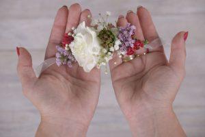 بالصور كيف تحصلين على أسورة من الزهور ؟