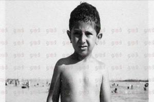 صورة نادرة جدا للفنان ماجد الكدوانى أثناء مرحلة الطفولة وهو على الشاطئ
