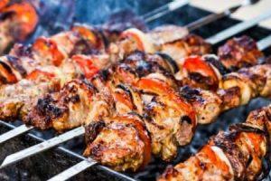 اكلات عيد الأضحى: مشوى لحم الخروف الطازج على الفحم