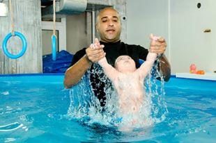 تدريب السباحة للاطفال