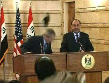 بوش أثناء ضربه بالحذاء