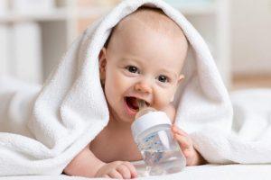 كيفية التعامل مع الطفل الرضيع فى الشهور الاولي