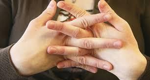 خطورة طرقعة الأصابع