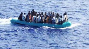 ضبط مركب هجرة غير شرعية علي الساحل الليبي