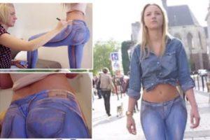 شاهد فتاة رسمت بنطلون جينز وهمى على جسدها ومشيت عارية بدون ملابس ولم يلاحظها احد من المارة