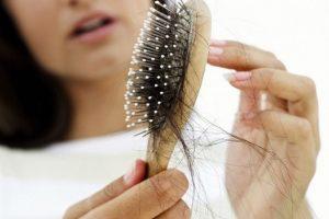 أسباب تساقط الشعر وطرق علاجه بالوصفات الطبيعية